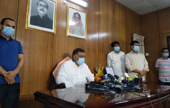 Home Minister Asaduzzaman Khan Kamal addresses reporters from his residence at Dhanmondi in Dhaka on Wednesday night.