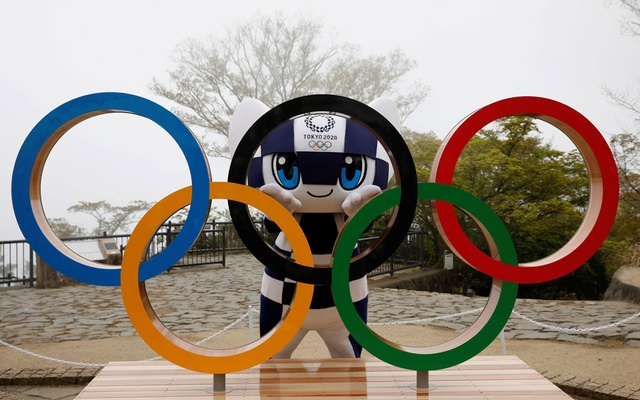 Tokyo 2020 Olympic Games mascot Miraitowa poses with a display of the Olympic symbol after an unveiling ceremony of the symbol on Mt Takao in Hachioji, west of Tokyo, Japan, April 14, 2021, to mark 100 days before the start of the 2020 Tokyo Olympic Games. Photo: Reuters