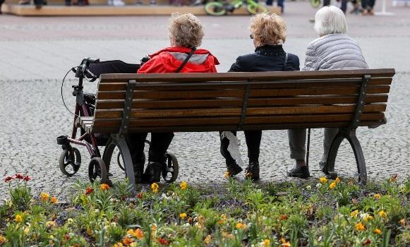 Three edlerly ladies enjoy the sun in Weimar. Jan Woitas/dpa-Zentralbild