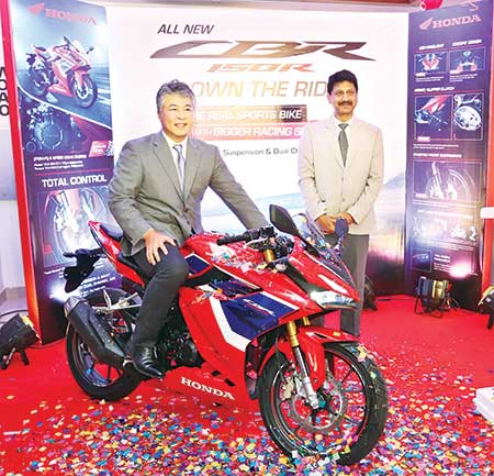 In drive - Mutsuo Usui, Managing Director and CEO, Bangladesh Honda Private Limited, stand by Naresh Kumar Rattan, Senior Vice President, Sales and Marketing, Bangladesh Honda Private Limited.
