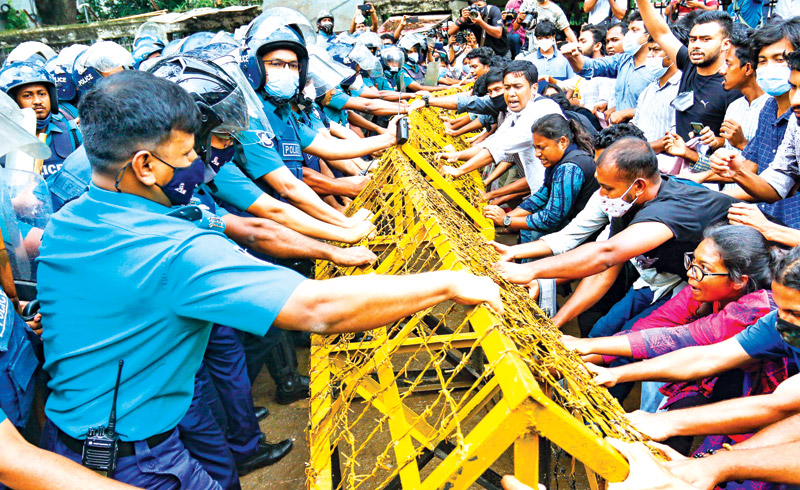 Police obstructing the procession of Progressive Students Alliance in front of the secretariat gate while they were marching towards the Ministry of Education demanding roadmap to reopen educational institutions on Wednesday.photo: observer