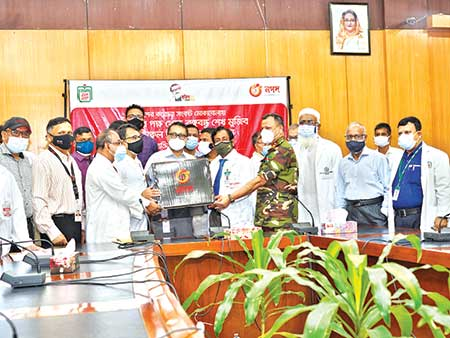 BSMMU Vice Chancellor Professor Dr. Md. Sharfuddin Ahmed flanked by teachers, director and other officials of BSMMU, receive over 600 PPE, 1,000 sanitizers and 4,000 KN95 masks from Nagad's Executive Director Md. Shafayet Alam at the university on Wednesday.