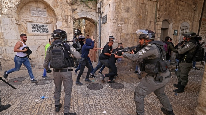 About 1,000 protesters gathered in the Al-Aqsa mosque compound in Israel-annexed east Jerusalem on Saturday against Jewish nationalists, which soon turned violent as Israel police raided the site. PHOTO: AFP