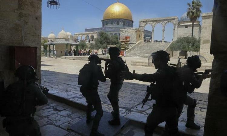 Palestinians, Jewish settlers clash in tense Jerusalem neighborhood