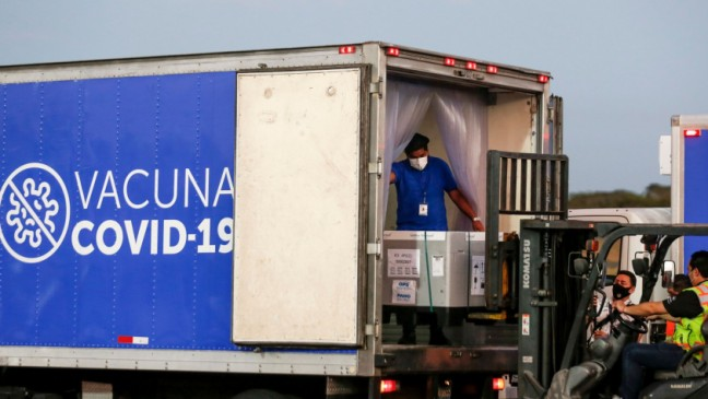 Containers of AstraZeneca (SKBio Corea) vaccines under the COVAX scheme against the coronavirus disease (COVID-19) are loaded onto a truck after arriving at the Mons. Oscar Arnulfo Romero International Airport, in San Luis Talpa, El Salvador March 11, 2021. Photo: Reuters/Jose Cabezas
