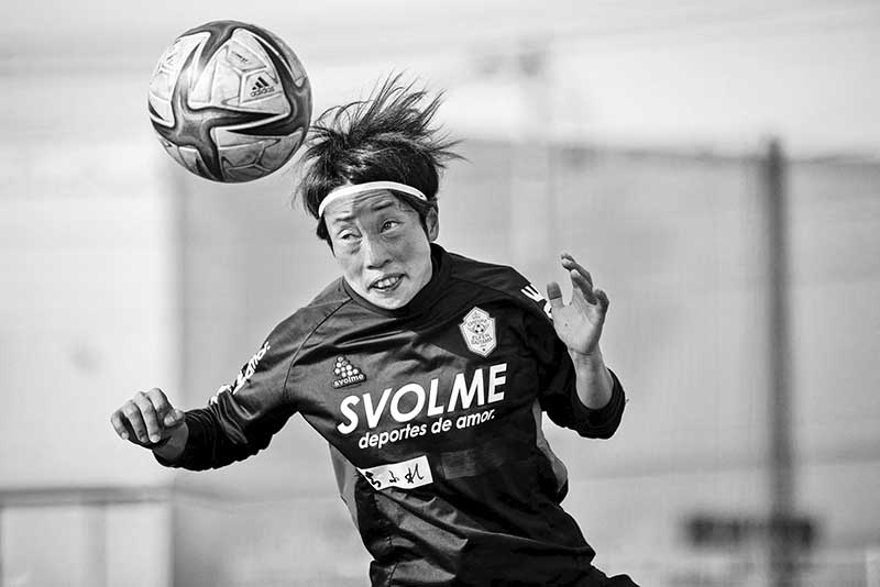 This photo taken on March 31, 2021 shows Emi Yamamoto from Japan's women football team Chifure AS Elfen Saitama heading the ball during a training session in Hanno, Saitama prefecture. As global interest in women's football approaches fever pitch, former champions Japan are eyeing a return to glory with the country's first professional league for female players.photo: AFP