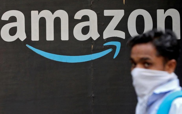 A man walks past an Amazon logo outside the company's collection point in Mumbai, India, March 19, 2021. Photo: Reuters