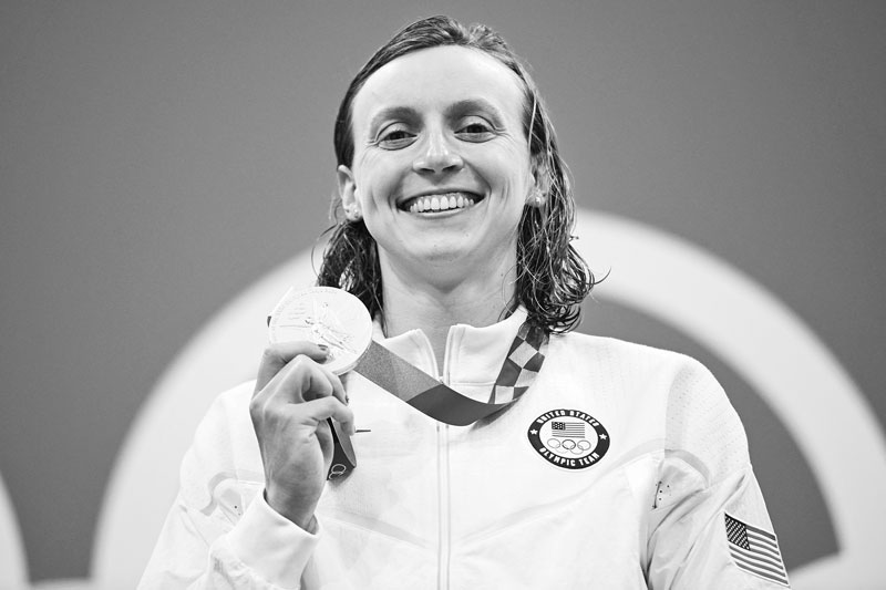 Gold medallist USA's Kathleen Ledecky poses with her medal after the final of the women's 800m freestyle swimming event during the Tokyo 2020 Olympic Games at the Tokyo Aquatics Centre in Tokyo on July 31, 2021.photo: AFP