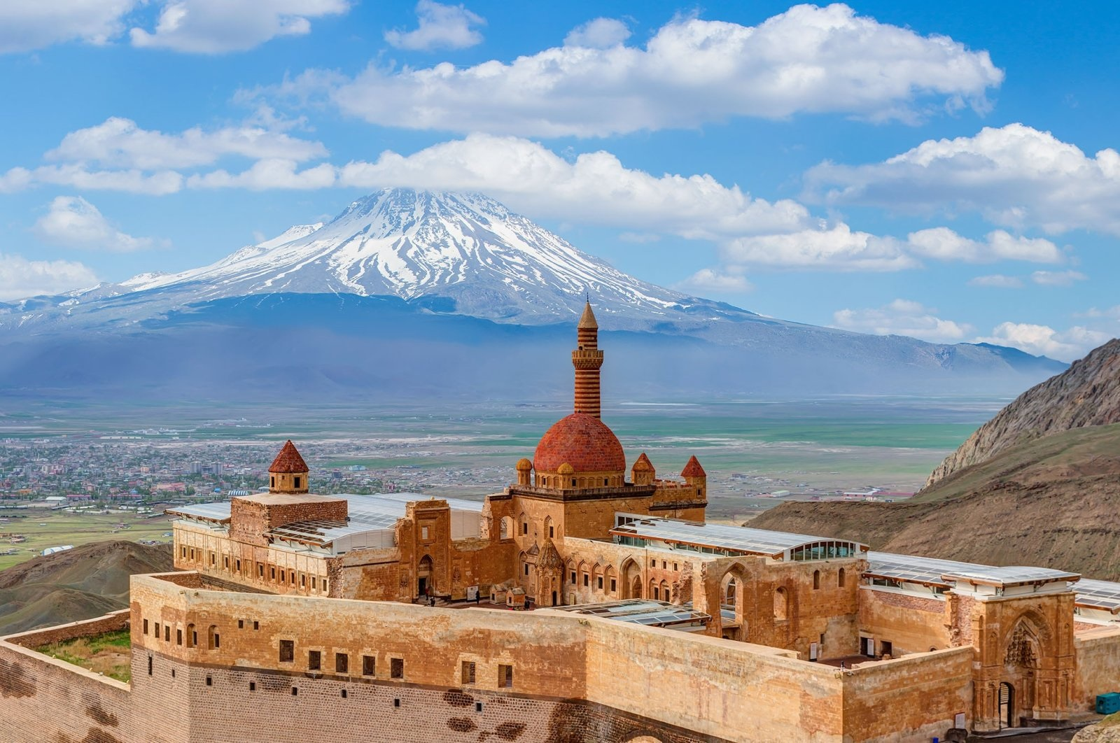 The courtyard of the Ishak Pasha Palace can be seen in Doğubayazıt with Mount Ararat in the background, Ağrı, Turkey. (Shutterstock Photo)