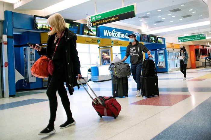 Passengers arrive on a flight from London amid new restrictions to prevent the spread of Covid-19 at JFK International Airport in New York City, US, December 21, 2020. REUTERS