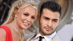 Britney Spears announces engagement to longtime boyfriend