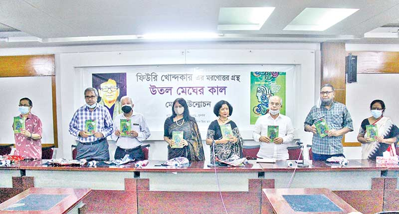 Iqbal Sobhan Chowdhury, the Editor of the Daily Observer, uncovers senior journalist Feerui Khandaker's posthumous publication titled 'Utal Megher Kal' at the National Press Club on Wednesday.photo : Observer