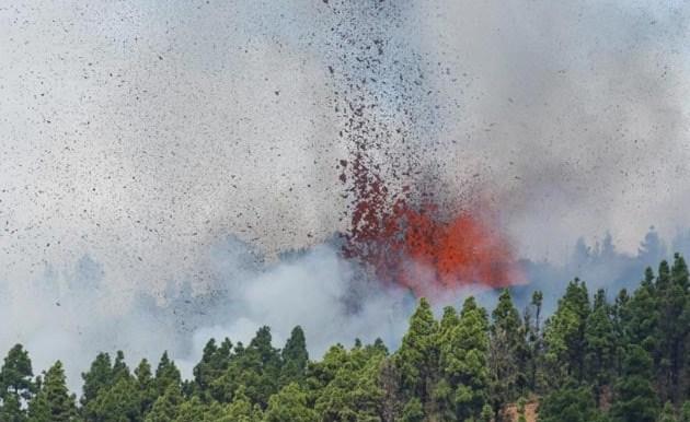 Volcano erupts on Spanish Canary Islands