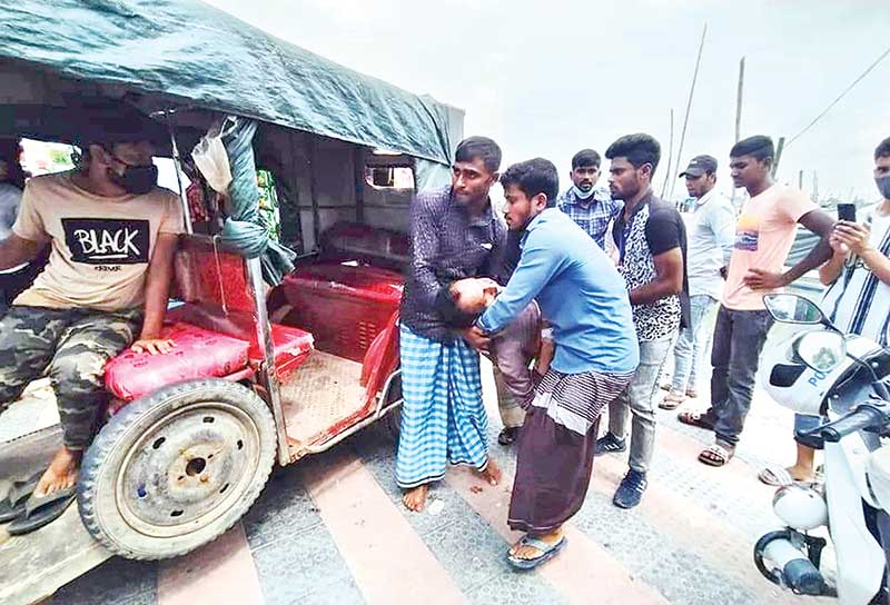Abul Kalam being lifted onto a vehicle for taking to Cox's Bazar Sadar Hospital