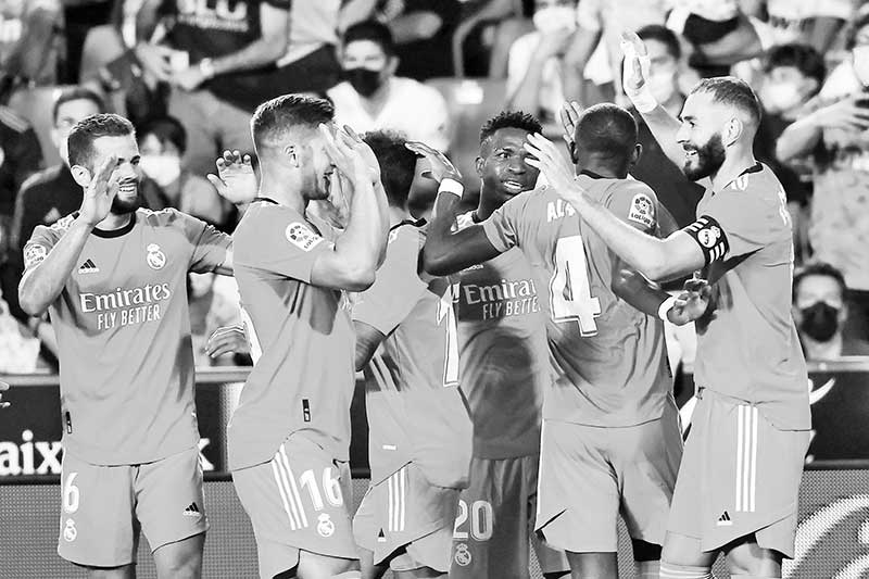 Real Madrid players celebrate their second goal scored by Real Madrid's French forward Karim Benzema (R) during the Spanish League football match between Valencia CF and Real Madrid CF at the Mestalla stadium in Valencia on September 19, 2021.photo: AFP