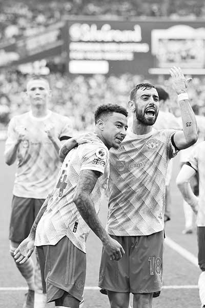 Manchester United's English midfielder Jesse Lingard (C) celebrates with Manchester United's Portuguese midfielder Bruno Fernandes (R) after scoring their second goal during the English Premier League football match between West Ham United and Manchester United at The London Stadium, in east London on September 19, 2021.photo: AFP