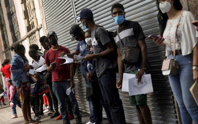 Migrants from Haiti line up to regularise their migratory situation outside of the Mexican Commission for Aid to Refugees (COMAR), in Mexico City, Mexico September 22, 2021. Photo: Reuters/Edgard Garrido