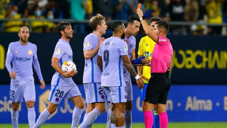 FC Barcelona's Frankie de Jong is shown a red card by referee Carlos del Cerro Grande. Photo: Reuters
