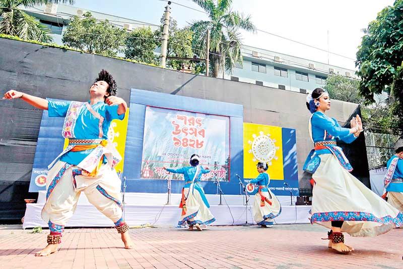 Artistes of Satyen Sen Shilpi Gosthi perform at Sharat Utsab