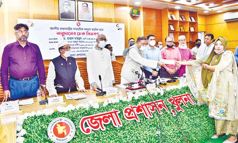 Information and Broadcasting Minister Dr Hasan Mahmud distributed cheques among 75 journalists in the DC office conference room in Khulna City on Friday.photo: observer