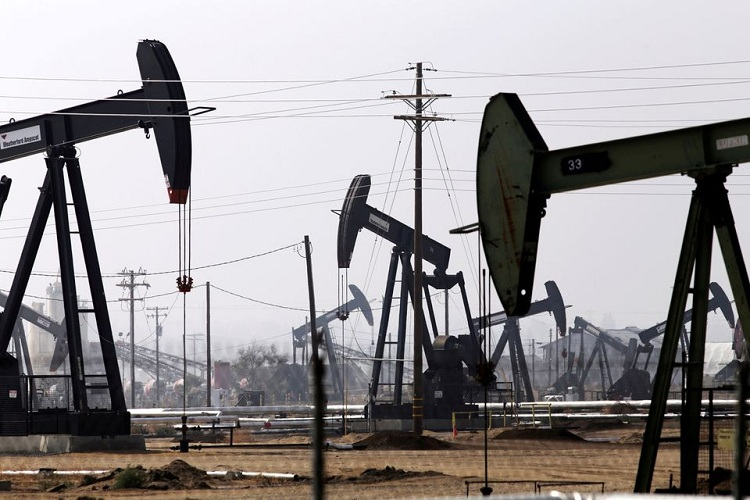 Oil drills are pictured in the Kern River oil field in Bakersfield, California November 9, 2014. File Photo: Reuters/Jonathan Alcorn